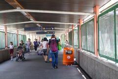 Hong Kong, Cina: gli studenti vanno a casa dalla scuola Fotografie Stock