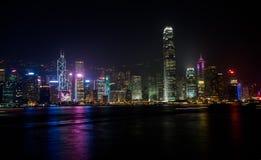 HONG KONG, CINA - IL 17 GENNAIO: Porto Victoria Panorama di notte dei grattacieli dalla passeggiata Immagine Stock Libera da Diritti