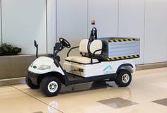 Hong Kong, Cina - 22 settembre 2018: Carretto di golf bianco di impianto elettrico o automobile con errori per trasporto di bagag fotografia stock