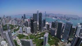 Hong Kong City Aerial Track-Schot Mooie Duidelijke Blauwe Hemel stock videobeelden