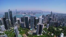 Hong Kong City Aerial Track-Schuss Schöner klarer blauer Himmel stock video
