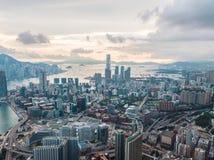 Hong Kong City na vista aérea no céu imagem de stock