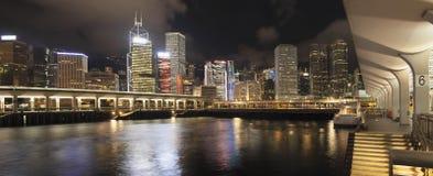 Hong Kong City Skyline en transbordador Pier Panorama Foto de archivo libre de regalías
