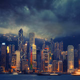 Hong Kong cityscape i stormigt väder - fantastisk atmosfär Royaltyfri Fotografi
