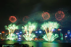 Hong Kong Colorful Firework em Victoria Harbour fotografia de stock royalty free