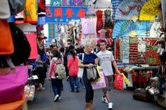 Hong-Kong: Compradores en el mercado de la milla de las señoras Foto de archivo libre de regalías
