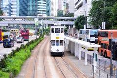 HONG KONG, CZERWIEC - 08: Transport publiczny na ulicie na CZERWU 08, Obraz Stock
