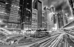 HONG KONG - 3 DE ABRIL DE 2014: Horizonte moderno blanco y negro en el nig Imagenes de archivo