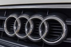 Hong Kong, Hong Kong - 25 de abril de 2018: O close-up do crachá do logotipo de Audi e o carro grelham em um carro branco do spor Fotos de Stock