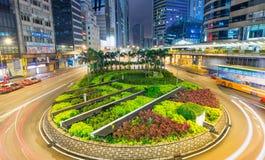 HONG KONG - 12 DE MAIO DE 2014: Skyline moderna da cidade com ligh do carro da estrada Imagem de Stock