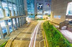 HONG KONG - 12 DE MAIO DE 2014: Skyline moderna da cidade com ligh do carro da estrada Fotos de Stock Royalty Free