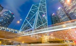HONG KONG - 12 DE MAYO DE 2014: Rascacielos céntricos con el lig del coche del camino Imágenes de archivo libres de regalías