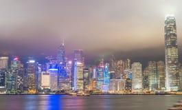 HONG KONG - 12 DE MAYO DE 2014: Rascacielos céntricos con las luces de la ciudad Imágenes de archivo libres de regalías