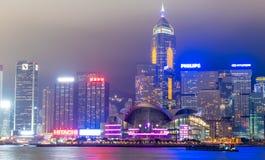 HONG KONG - 12 DE MAYO DE 2014: Rascacielos céntricos con las luces de la ciudad Fotografía de archivo libre de regalías