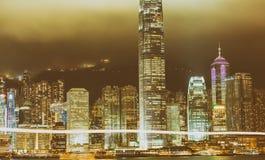 HONG KONG - 12 DE MAYO DE 2014: Rascacielos céntricos con las luces de la ciudad Fotos de archivo libres de regalías