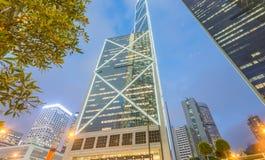 HONG KONG - 12 DE MAYO DE 2014: Rascacielos céntricos con las luces de la ciudad Imagen de archivo libre de regalías
