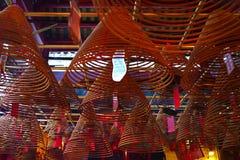 Hong Kong - 19 de noviembre de 2015: Bobinas del incienso en Man Mo Temple fotos de archivo