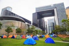 HONG KONG - 7 DE NOVIEMBRE: Los inquilinos están acampando fuera de las nuevas oficinas gubernamentales centrales en el ministeri Imágenes de archivo libres de regalías