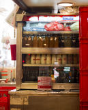 Hong Kong- 7 de octubre de 2016: Interior de una cantina o de un café del chino tradicional con algunas botellas de leche en un r imágenes de archivo libres de regalías