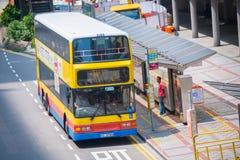 Hong Kong - 22 de septiembre de 2016: El autobús de Hong Kong en la parada de autobús adentro imagen de archivo
