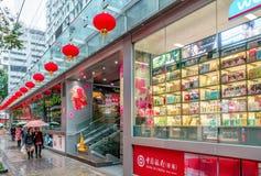 Hong Kong-de stadsstraat is verfraaid met rode feestelijke Chinese lantaarns tijdens Chinese Nieuwjaarviering Stock Foto