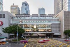 Hong Kong: December 28, 2015: Apple Store central, filial för galleria för Hong Kong MTR station IFC i Hong Kong Den första Apple Arkivfoto