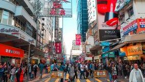 HONG KONG - 11 DICEMBRE: Acquisto della gente al kok di Mong l'11 dicembre 2016 in Hong Kong Il kok di Mong è caratterizzato da u immagini stock