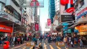 HONG KONG - 11 DICEMBRE: Acquisto della gente al kok di Mong l'11 dicembre 2016 in Hong Kong Il kok di Mong è caratterizzato da u immagine stock