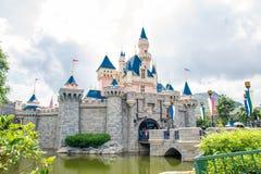 HONG KONG DISNEYLÂNDIA - EM MAIO DE 2015: Castelo do ` s da Bela Adormecida em Hong Kong Disneyland fotos de stock