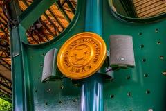 Hong Kong Disneyland etikettplatta på drevstationen framme av nöjesfältet arkivfoton