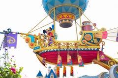 HONG KONG DISNEYLAND - MAYO DE 2015: Mickey en el desfile diurno fotos de archivo libres de regalías
