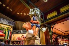 HONG KONG DISNEYLAND - MEI 2015: De dragende giften van Donald Duck in de opslag stock foto