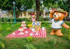 HONG KONG DISNEYLAND - MEI 2015: Duffy Disney draagt picknick in de tuin royalty-vrije stock foto