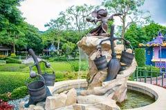 HONG KONG DISNEYLAND - MEI 2015: Het standbeeld van de Mickey` s fantasie royalty-vrije stock afbeeldingen