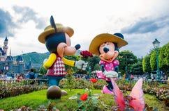 HONG KONG DISNEYLAND - MEI 2015: Mickey en minnie in liefde bij het park voor het kasteel stock afbeeldingen