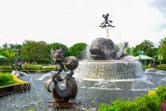 HONG KONG DISNEYLAND - MEI 2015: Standbeeldfontein bij de ingang van het park royalty-vrije stock foto