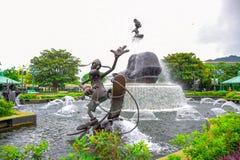 HONG KONG DISNEYLAND - MEI 2015: Standbeeldfontein bij de ingang van het park royalty-vrije stock foto's