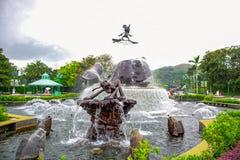 HONG KONG DISNEYLAND - MEI 2015: Standbeeldfontein bij de ingang van het park stock fotografie