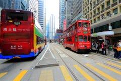 Hong Kong Double-Decker Tram som upp väljer passageraren fotografering för bildbyråer