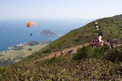 Hong Kong: el ala flexible del reloj de los caminantes saca, océano en fondo Imagen de archivo