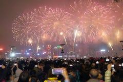 Hong Kong: Exhibición china 2015 de los fuegos artificiales del Año Nuevo Foto de archivo libre de regalías