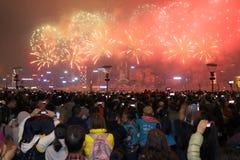 Hong Kong: Exhibición china 2015 de los fuegos artificiales del Año Nuevo Imagen de archivo libre de regalías