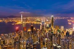 Hong Kong för skymningnattsikt affär i stadens centrum over Victoria Bay Royaltyfria Foton