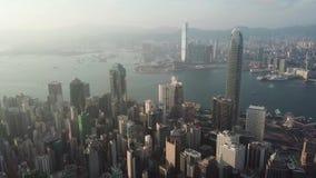 Hong Kong flyg- skjutit flyg över skyskraporna och fjärden lager videofilmer