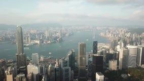 Hong Kong flyg- skjutit flyg över skyskraporna och fjärden arkivfilmer