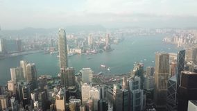 Hong Kong flyg- skjutit flyg över skyskraporna och fjärden stock video