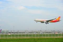 Hong Kong flygbolag hyvlar landning till landningsbanor på den internationella flygplatsen för suvarnabhumien i Bangkok, Thailand arkivbild