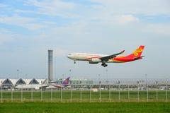 Hong Kong flygbolag hyvlar landning till landningsbanor på den internationella flygplatsen för suvarnabhumien i Bangkok, Thailand royaltyfri foto