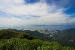 Hong Kong flygplats med den Tung Chung staden fotografering för bildbyråer