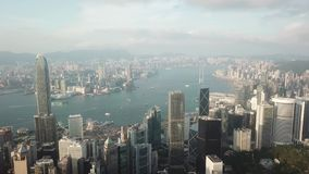 Hong Kong-geschotene antenne het vliegen over de wolkenkrabbers en de baai stock footage